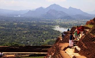 Dambulla is een bijzondere rotstempel met zo'n 150 boeddhabeelden - Sri Lanka - Sigiriya - leeuwenrots